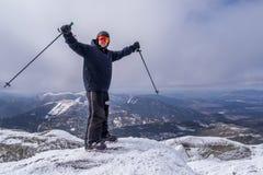Hombre en la cumbre de una montaña Imágenes de archivo libres de regalías