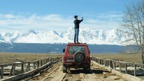 Hombre en la foto de Sit On Convertible Car Taking del viaje por carretera 20s 4k almacen de metraje de vídeo