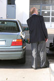 Hombre en la gasolinera Imagen de archivo