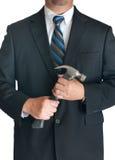 Hombre en la habitación que sostiene el martillo Fotos de archivo libres de regalías
