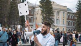 Hombre en la huelga política con la bandera con los puntos para que seguimiento copie el texto del espacio