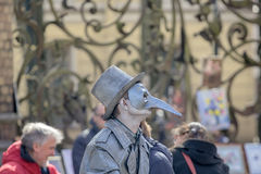 Hombre en la imagen del diablo o de Cyrano de Bergerac foto de archivo libre de regalías