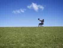 Hombre en la ladera con el ordenador Imagenes de archivo