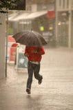 Hombre en la lluvia Fotografía de archivo libre de regalías