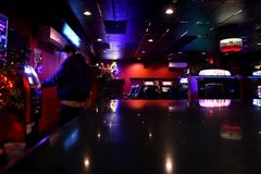 Hombre en la máquina de la atmósfera del casino Foto de archivo libre de regalías