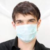 Hombre en la máscara de la gripe Imagen de archivo libre de regalías