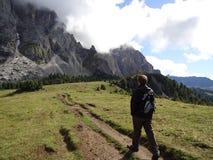 Hombre en la montaña Fotos de archivo