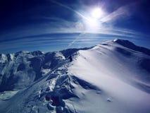 Hombre en la montaña blanca Foto de archivo libre de regalías