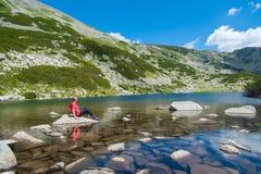 Hombre en la montaña Pirin Imagenes de archivo