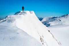 Hombre en la montaña superior Imágenes de archivo libres de regalías