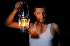 Hombre en la obscuridad con una lámpara de keroseno Imagenes de archivo