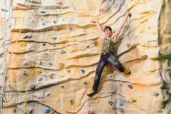 Hombre en la pared de la roca en centro de deporte Foto de archivo