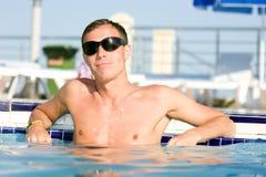 Hombre en la piscina Imagen de archivo libre de regalías