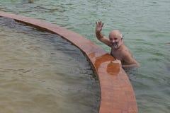 Hombre en la piscina con agua termal Foto de archivo