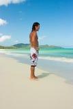 Hombre en la playa imagenes de archivo