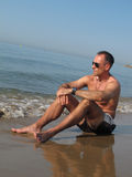 Hombre en la playa Fotos de archivo