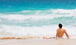 Hombre en la playa Fotografía de archivo libre de regalías
