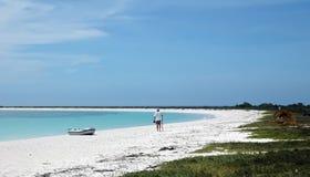 Hombre en la playa blanca de la arena fotos de archivo libres de regalías