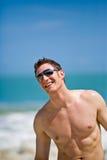 hombre en la playa con las cortinas Imágenes de archivo libres de regalías