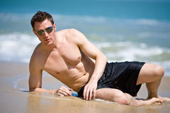 hombre en la playa con las cortinas Imagen de archivo