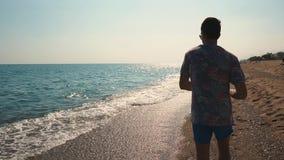 Hombre en la playa de vacaciones almacen de video