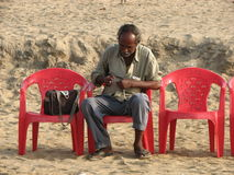 Hombre en la playa en Puri, Orissa Foto de archivo
