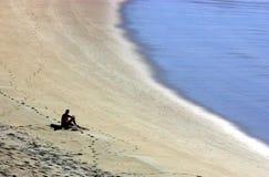 Hombre en la playa vacía Foto de archivo libre de regalías