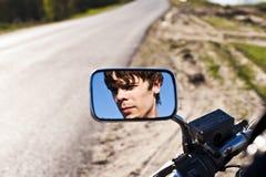 Hombre en la reflexión fotos de archivo