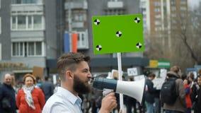 Hombre en la reunión política con la bandera con los puntos para que seguimiento copie el texto del espacio