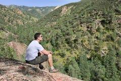 Hombre en la roca Imagen de archivo libre de regalías