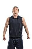 Hombre en la ropa de deportes que se coloca derecho de mirada hacia arriba Foto de archivo