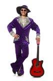Hombre en la ropa divertida que sostiene la guitarra aislada encendido Fotos de archivo