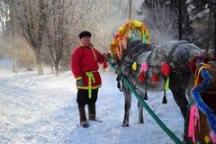 Hombre en la ropa rusa con el caballo adornado en un día de fiesta de Imagen de archivo libre de regalías