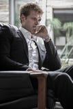 Hombre en la sentada del traje Imágenes de archivo libres de regalías