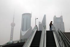 Hombre en la Shangai smoggy Imagen de archivo