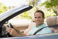 Hombre en la sonrisa convertible del coche Fotografía de archivo