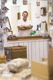 Hombre en la sonrisa del almacén del birdhouse imagen de archivo libre de regalías