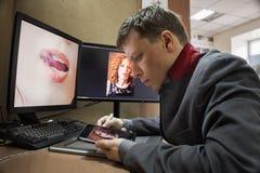 Hombre en la tableta gráfica de ordenador Imagen de archivo libre de regalías