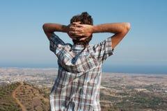 Hombre en la tapa de la montaña Fotos de archivo