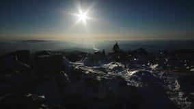 Hombre en la tapa de la montaña