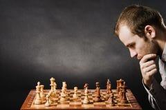 Hombre en la tarjeta de ajedrez imagenes de archivo