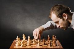Hombre en la tarjeta de ajedrez Fotos de archivo libres de regalías