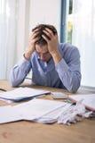 Hombre en la tensión financiera Foto de archivo libre de regalías