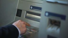 Hombre en la transacción de actividades bancarias del acabamiento del traje, presionando la cancelación para quitar la tarjeta almacen de video