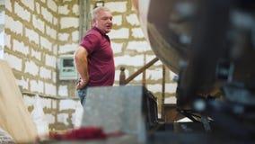 Hombre en las gafas que trabajan con el velero hecho en casa en el taller 4k manía almacen de metraje de vídeo