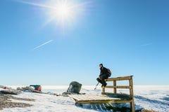 Hombre en las montañas nevosas Fotos de archivo libres de regalías
