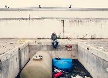 Hombre en las ruinas de una industria Fotos de archivo libres de regalías