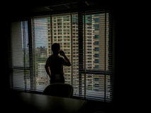 Hombre en las sombras foto de archivo libre de regalías