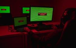 Hombre en los auriculares que previenen ataque del pirata informático imágenes de archivo libres de regalías