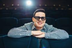 Hombre en los vidrios 3d que mira la película en cine Fotografía de archivo